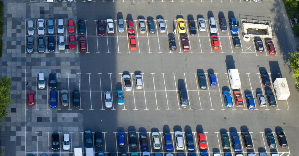 Deutschland Thueringen Jena Blick vom Jen Tower auf Parkplatz parkende Autos